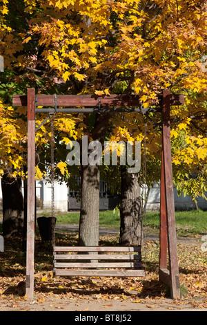 Une balançoire en bois à la tombée Monument Park (Parc Muzeon des Arts) à Moscou, Russie Banque D'Images