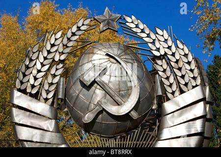 Le marteau et la faucille (symboles communistes du passé) à la tombée Monument Park (Parc Muzeon des Arts) à Moscou, Banque D'Images