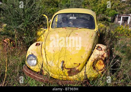 Vieille voiture VW Coccinelle rouillent dans domaine, Zante, îles Ioniennes, Grèce Banque D'Images