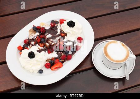Crêpes aux fruits rouges et crème, cappuccino, Burgenland, Autriche, Europe Banque D'Images