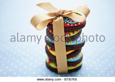 Close up of decorated Easter cookies dans pile lié avec ruban Banque D'Images