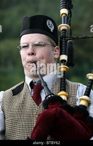 Concours de cornemuse, Glenurquhart Highland Gathering et jeux, Blairbeg Park, Drumnadrochit, Ecosse Banque D'Images