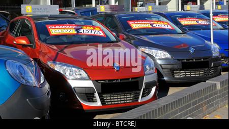 Renault est de Londres votre avant-cour afficher de voitures avec les étiquettes de prix de vente Banque D'Images