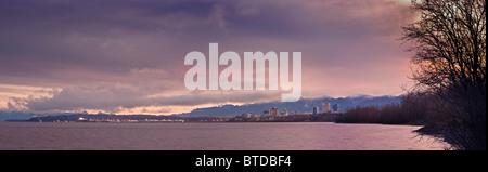 Vue panoramique vue sur l'horizon du soleil se levant sur Anchorage, Cook Inlet et Knik Arm, Southcentral Alaska, Banque D'Images