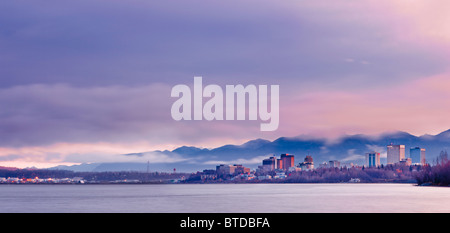 Vue sur l'horizon du soleil se levant sur une enveloppée de brouillard et d'ancrage Cook Inlet, Southcentral Alaska, Banque D'Images