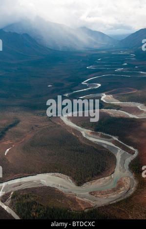Vue aérienne de la rivière qui serpente à travers les portes du Parc National de l'Arctique, l'Alaska arctique, Banque D'Images