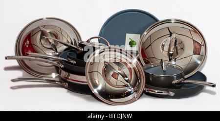Batterie de cuisine en métal brillant. Banque D'Images