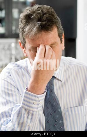 L'homme souffrant de syndrome d'épuisement professionnel Banque D'Images