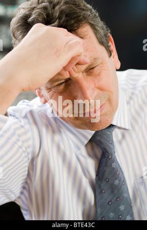 Homme souffrant de maux de tête Banque D'Images