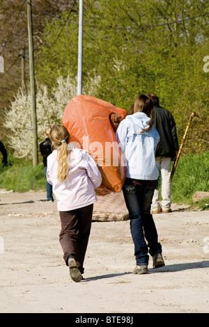 Pour mener ensemble sac à déchets Banque D'Images