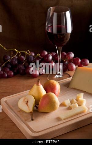 Poire avec vin et fromage Banque D'Images