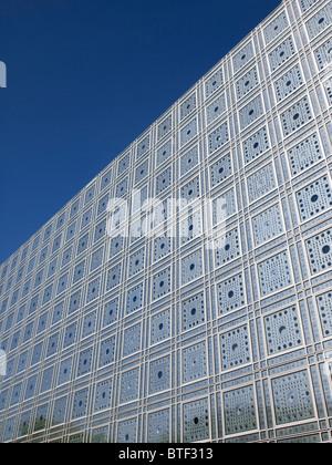 Vue extérieure de façade et fenêtres dans l'Institut du Monde Arabe de Paris France l'architecte Jean Nouvel Banque D'Images