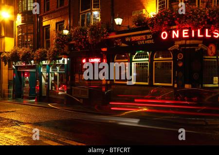 Une vue de nuit de l'O'Neill Irish Bar et restaurant, un des fameux pubs irlandais de Dublin. Banque D'Images