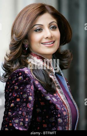 L'actrice indienne Shilpa Shetty film star de Bollywood porte velvet sherwani pour l'abbaye de Westminster le jour Banque D'Images