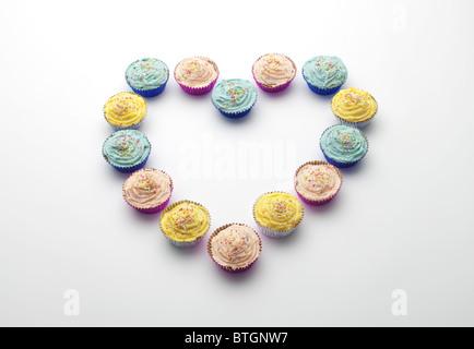 Cupcakes disposés en forme de coeur Banque D'Images