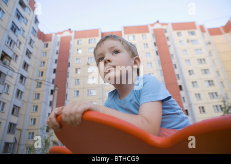 Jeune garçon de jeu pour enfants Banque D'Images