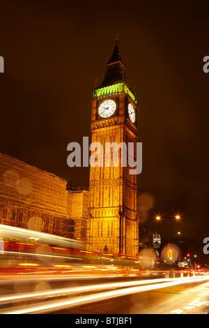 Big Ben et le trafic sur le pont de Westminster dans la pluie, Londres, Angleterre, Royaume-Uni Banque D'Images