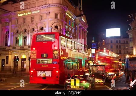 Le London Pavilion et du trafic nocturne, Piccadilly Circus, Londres, Angleterre, Royaume-Uni