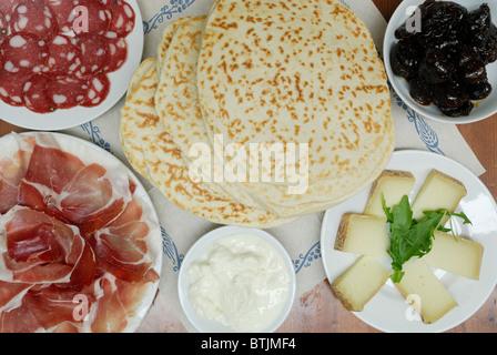 Ravenne. L'Italie. Piadine et une sélection de produits régionaux (voir description) Banque D'Images