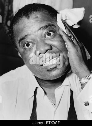 Louis Armstrong (1901-1971), musicien de jazz afro-américain, avec son mouchoir signature en 1953.