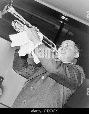Louis Armstrong (1901-1971), musicien de jazz afro-américain, l'exécution en 1937.
