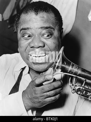 Louis Armstrong (1901-1971), musicien de jazz afro-américain, avec sa marque de sourire et trompette, 1953.