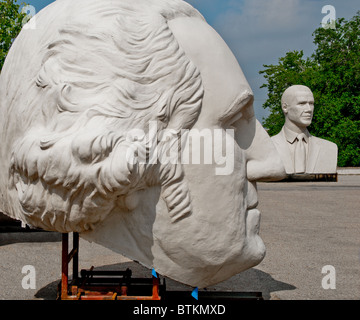 Sculptures en béton blanc de George Washington, et Barack Obama, David Adickes à Sculpturworx Studio à Houston, Texas, USA
