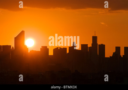 Skyline de Manhattan avec la Citicorp Center, au coucher du soleil, la ville de New York. Banque D'Images