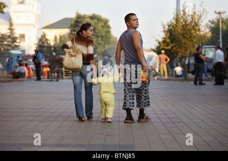 Une jeune famille de prendre une marche dans la ville, Brest, Biélorussie
