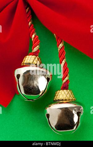 Cloches de Noël et le ruban avec un fond vert Banque D'Images