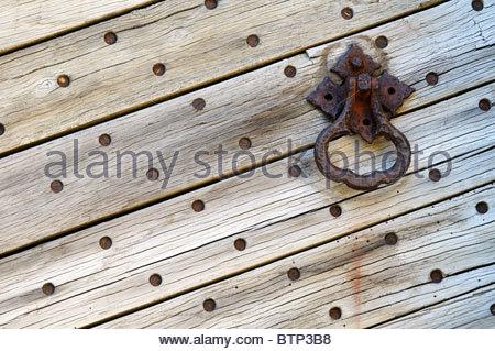 Close up image d'une vieille et la rouille sur une poignée de planches en bois Portes en East Sussex, Angleterre Banque D'Images