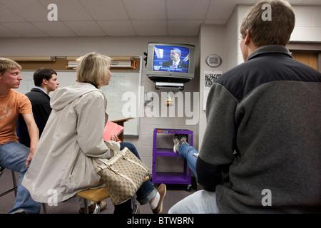 Les garçons et les filles regarder l'inauguration de Barack Obama à la télévision pendant la classe à une Midland, Banque D'Images