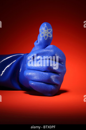 Un grand travail industriel bleu gant. Dans la main montrant un Thumbs up position. Banque D'Images