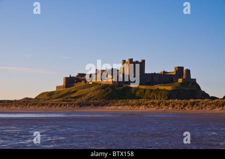 La lumière du matin sur la plage et château de Bamburgh Northumberland en Angleterre,. Banque D'Images