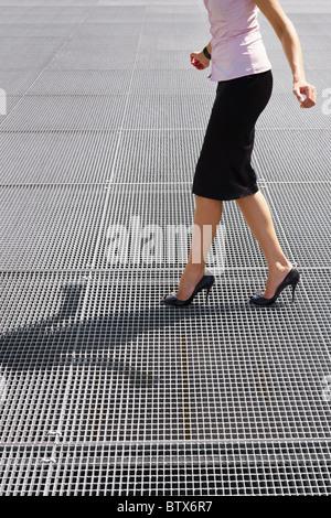 Vue de côté business woman en équilibre sur des talons hauts. Copy space