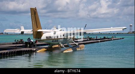 Des Maldives Maldives air taxi Twin Otter DHC6 attend pour les vacanciers de leurs îles Banque D'Images