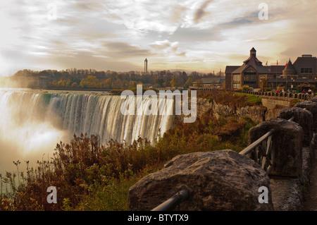 Vue des chutes du Niagara au lever du soleil avec le Centre de Table Rock dans l'arrière-plan, Niagara Falls, Ontario, Banque D'Images
