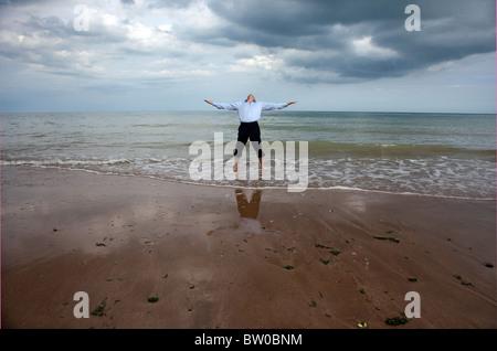 Homme debout dans la mer mi crise de la vie Banque D'Images