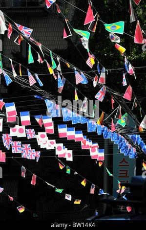 Drapeaux en rue, Séoul, Corée du Sud Banque D'Images