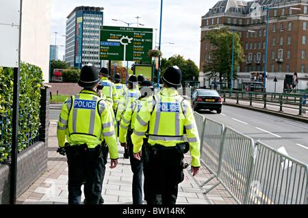Une foule d'agents de service fait le contrôle des foules à Birmingham au cours de la visite des Papes Banque D'Images
