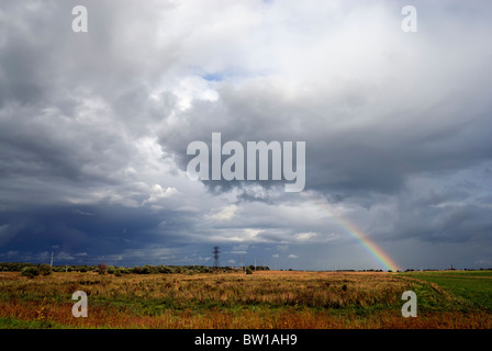 Arc-en-ciel au-dessus des nuages et meadow