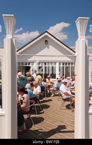 Les gens assis à l'extérieur du café sur la jetée, à Southwold, Suffolk , Bretagne , France Banque D'Images