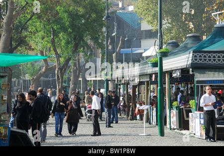 ISTANBUL, TURQUIE. Une scène de rue dans la banlieue de Bosphore. Ortakôy L'automne 2010. Banque D'Images
