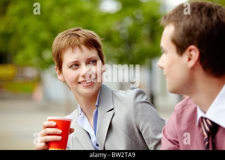 Portrait de professionnels partenaires d'affaires à discuter pendant les pauses à l'extérieur à été Banque D'Images