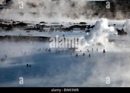 Les gens se baigner dans le spa géothermal Blue Lagoon, Islande. Banque D'Images