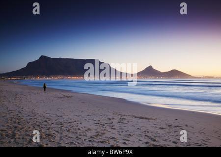 Vue de la Table Mountain au coucher du soleil de la plage de Milnerton, Cape Town, Western Cape, Afrique du Sud Banque D'Images
