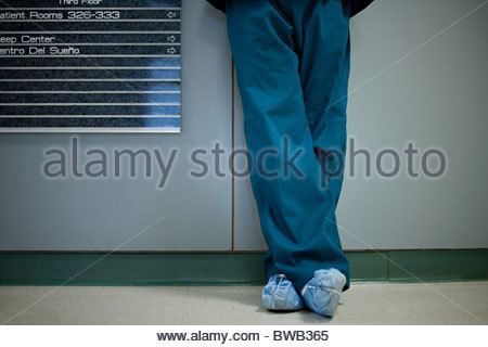 Chirurgien de l'hôpital portant des protecteurs de chaussures, low section Banque D'Images