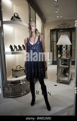 Ralph Lauren femme vêtements en grand magasin en Espagne  Paris, France, Women s  clothing, Fashion Shopping, Ralph Lauren Shop, avenue Montaigne 045535437d2
