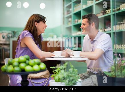Couple dans cafÈ store Banque D'Images