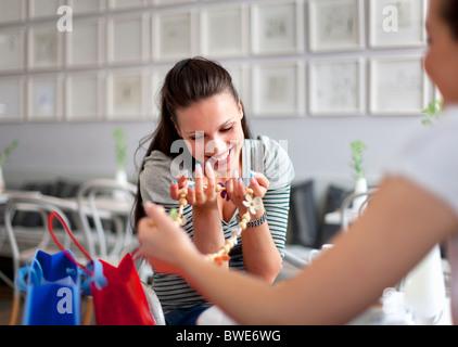 Les jeunes femmes shopping Banque D'Images